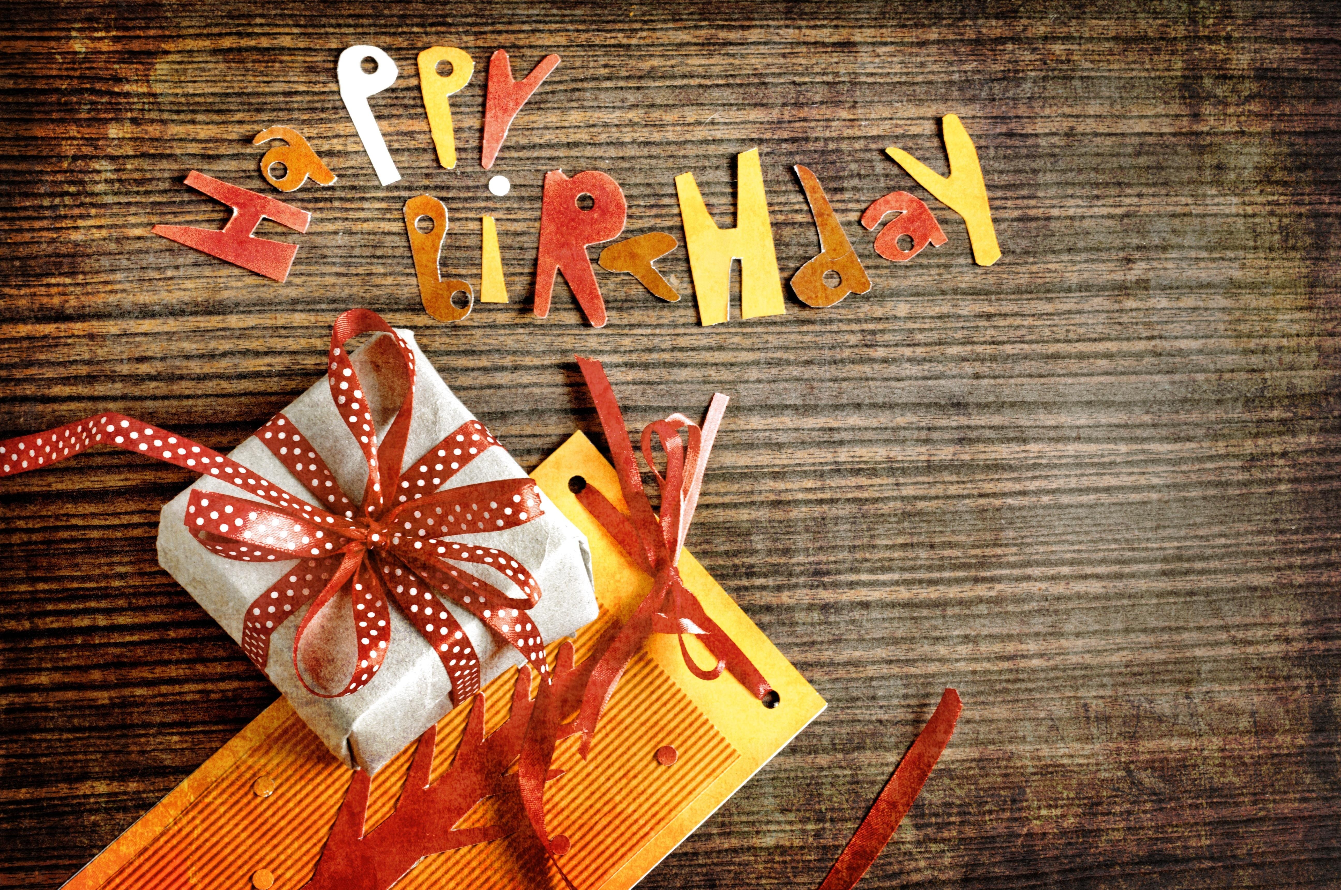 Поздравления с днем рождения в поисках подарка